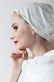 Jeune belle fille dans l'essuie-main de sauna Image libre de droits