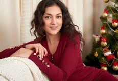 Jeune belle fille dans la décoration de Noël à la maison Soirée du Nouveau an, arbre de sapin décoré Vacances d'hiver et concept  Photo stock