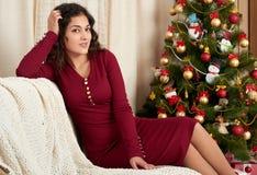 Jeune belle fille dans la décoration de Noël à la maison Soirée du Nouveau an, arbre de sapin décoré Vacances d'hiver et concept  Images stock