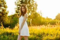 Jeune belle fille dans la robe blanche Image stock