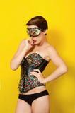Jeune belle fille dans le punk en cuir de vêtements Image stock