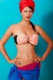 Jeune belle fille dans un bikini Photo stock