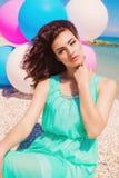 Jeune belle fille dans une longue robe sur la plage en été photos stock