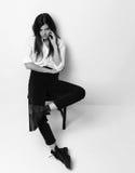 Jeune belle fille de hippie s'asseyant dans la chemise blanche et le s moderne photos libres de droits