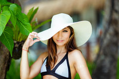 Jeune belle fille de portrait en gros plan dans un chapeau de paille sur le bea Images libres de droits
