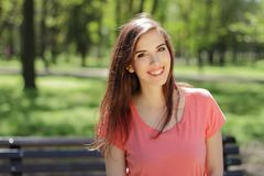 Jeune belle fille de sourire en parc vert avec l'emotio différent Image libre de droits