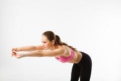Jeune belle fille de sports faisant les courbures en avant sur la presse Photo stock