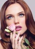 Jeune belle fille en bonne santé de ressort avec la fleur rose à disposition Images stock
