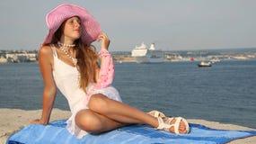 Jeune belle fille et un bateau de croisière Photo libre de droits