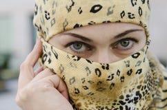 Jeune belle fille européenne dans une écharpe couvrant le visage. image libre de droits