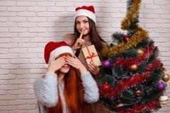 Jeune belle fille faisant la surprise pour son ami Portrait de Photo libre de droits