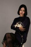 Jeune belle fille jouant avec la lumière menée Image libre de droits