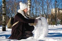 Jeune belle fille jouant des boules de neige image stock