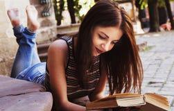 Jeune belle fille lisant une éducation de livre dehors, individu De Photo stock