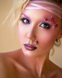Jeune belle fille, maquillage pourpre élégant et roses sur le visage Image stock