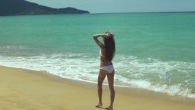 Jeune belle fille marchant sur la plage banque de vidéos