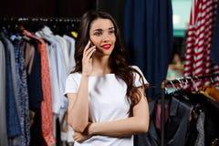 Jeune belle fille parlant du téléphone dans le centre commercial Photos libres de droits