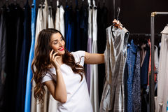 Jeune belle fille parlant du téléphone dans le centre commercial Images libres de droits