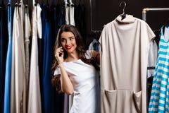Jeune belle fille parlant du téléphone dans le centre commercial Photo stock