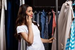 Jeune belle fille parlant du téléphone dans le centre commercial Photographie stock