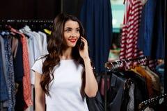 Jeune belle fille parlant du téléphone dans le centre commercial Photographie stock libre de droits