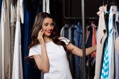Jeune belle fille parlant du téléphone dans le centre commercial Images stock