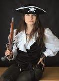 Jeune belle fille - pirate de mer avec le pistolet photographie stock libre de droits