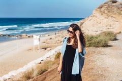 Jeune belle fille posant par la mer Photo libre de droits