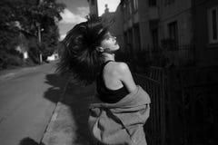 Jeune belle fille posant sur l'appareil-photo Image libre de droits