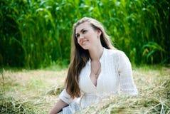 Jeune belle fille se trouvant sur le foin un jour d'été images stock