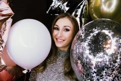 Jeune belle fille sexy avec des étincelles de ballons À la partie, il célèbre son anniversaire image libre de droits