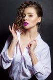 Jeune belle fille sexy avec le maquillage lumineux et beaux cheveux dans la chemise blanche dans le studio sur un fond noir Photographie stock libre de droits