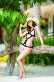 Jeune belle fille sur la plage d'une île tropicale Été v Photo stock