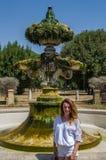 Jeune belle fille sur le fond d'une fontaine antique tout en marchant en parc à la villa Doria Pamphili à Rome, Italie Image libre de droits