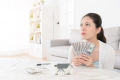 Jeune belle fille tenant l'argent liquide de billet de banque Photographie stock libre de droits