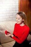 Jeune belle fille tenant sa bague de fiançailles dans l'excitation photo stock