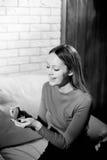 Jeune belle fille tenant sa bague de fiançailles dans l'excitation photographie stock