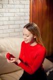 Jeune belle fille tenant sa bague de fiançailles dans l'excitation photo libre de droits