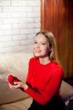 Jeune belle fille tenant sa bague de fiançailles dans l'excitation image stock
