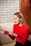 Jeune belle fille tenant sa bague de fiançailles dans l'excitation images libres de droits