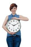 Jeune belle fille tenant une grande horloge murale Images stock