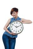 Jeune belle fille tenant une grande horloge murale Photos stock