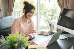 Jeune belle fille travaillant à la maison, jeune concept d'entrepreneur photographie stock libre de droits