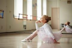 Jeune belle formation de ballerine à l'intérieur Photos stock