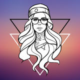 Jeune belle hippie de fille avec un tatouage sur son cou, verres et un chapeau sur un fond brouillé avec des triangles Photographie stock