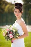 Jeune belle jeune mariée élégante mignonne gaie, épousant la célébration Image stock