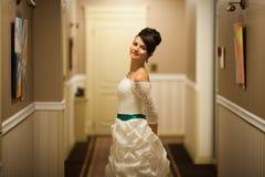 Jeune belle jeune mariée élégante mignonne gaie, épousant la célébration Photo libre de droits
