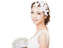 Jeune belle jeune mariée avec des fleurs Photographie stock libre de droits