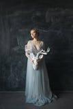 Jeune belle jeune mariée dans la robe de mariage posant dans le studio Image stock