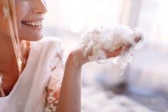 Jeune belle jeune mariée dans le style de boho et les plumes blanches Photographie stock